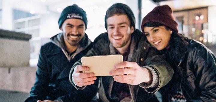 Grupo de chicos tomándose una selfie para Facebook