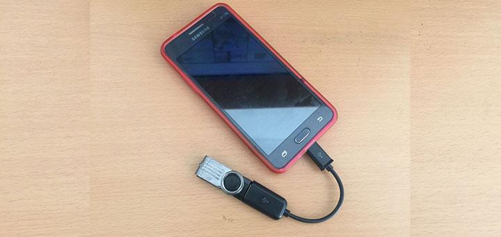 Smartphone Samsung Galaxy Grand Prime SM-G531H conectado a un pendrive mediante cable USB-OTG