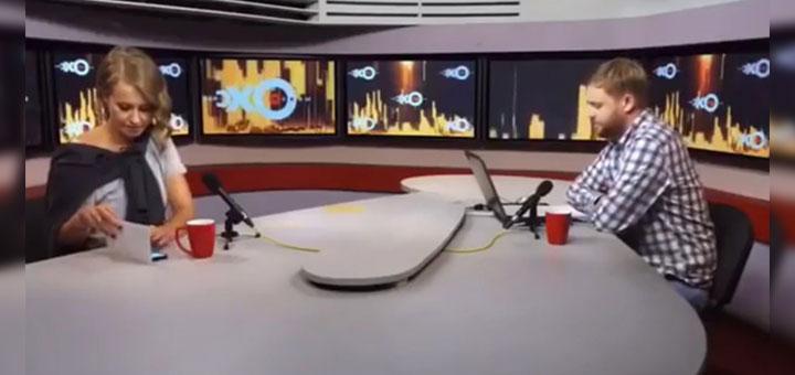 Foto de Ksenia Sobchak usando un iPhone X durante una entrevista