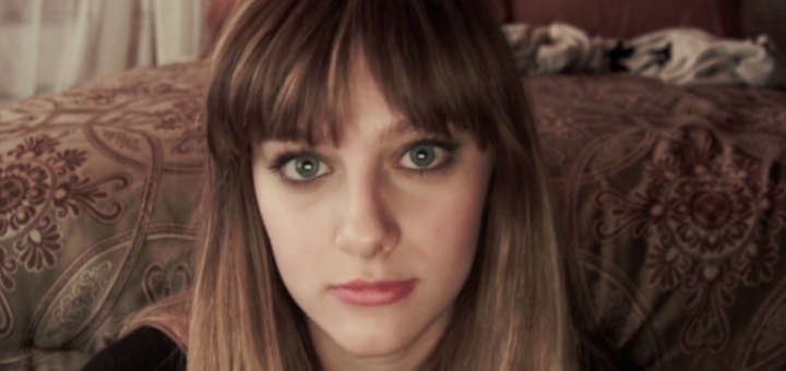 Audrey Peeples mostrando su gran talento de inexpresidad en Jem and the Holograms