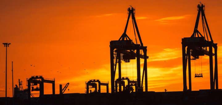 Foto de campo de extracción de petróleo durante un atardecer